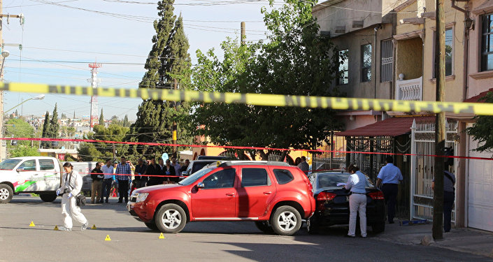 Un técnico forense trabaja en la escena de un crimen donde la periodista Miroslava Breach fue asesinada por asaltantes desconocidos en Chihuahua, México