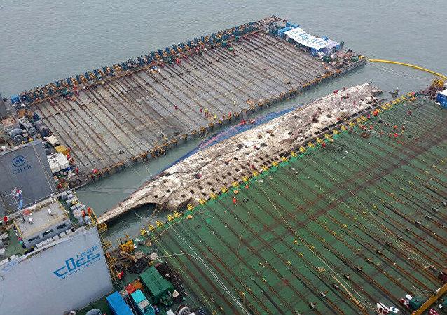 Corea del Sur finaliza subida del ferry Sewol y prepara su traslado a puerto