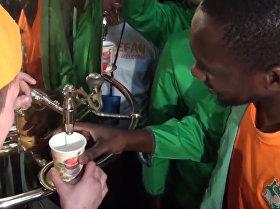 La cálida bienvenida de los hinchas rusos a los seguidores de Costa de Marfil