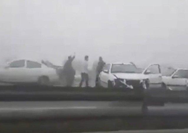 Vídeo: espesa niebla causa accidente con 130 vehículos en Irán