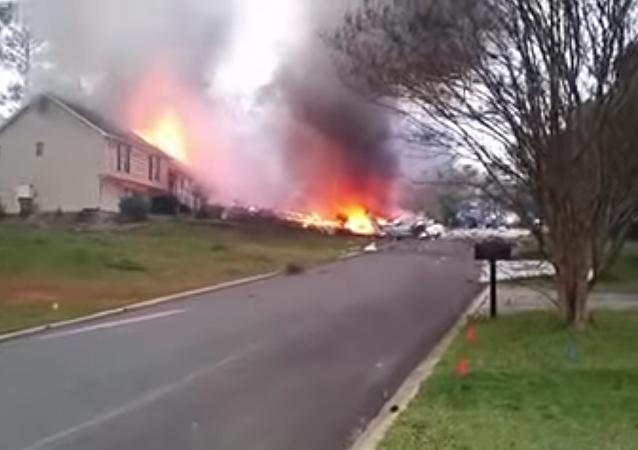 Un avión se estrella contra una casa en EEUU