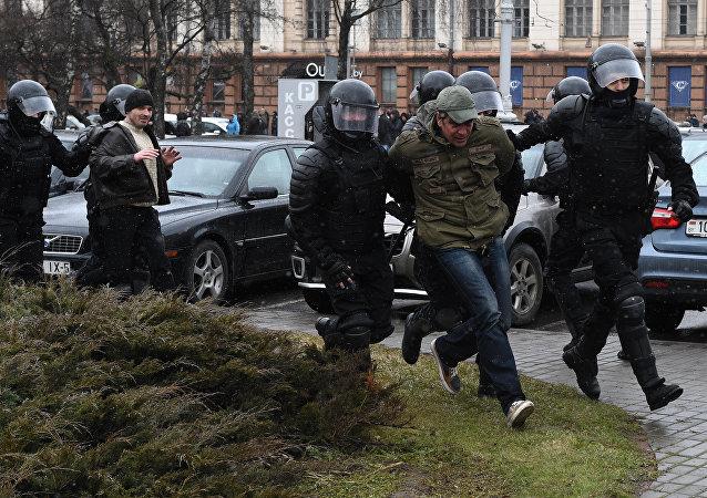 Manifestantes detenidos en Minsk el 25 de marzo de 2017