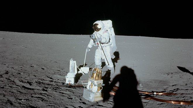 Alan Bean mostra i componenti del pacchetto esperimenti Apolo