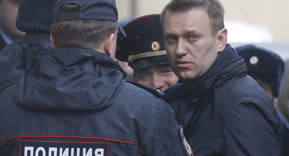 Alexéi Navalni, opositor ruso, rodeado por policías