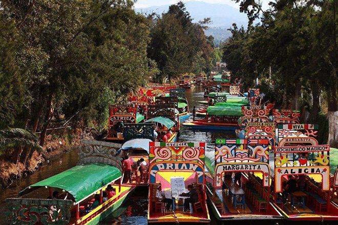 Trajineras en los canales de Xochimilco