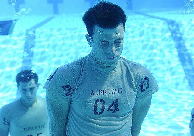 Jóvenes retienen la respiración bajo el agua