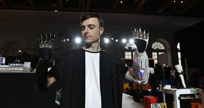 Un músico ruso muestra dos manos biónicas