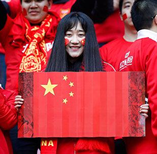 Hincha sostiene la bandera de China durante el partido de calificación con Corea del Sur para el Mundial Rusia 2018, 23 de marzo 2017