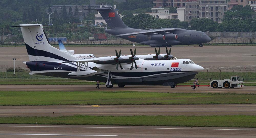 El avión anfibio más grande del mundo realiza vuelo inaugural en China