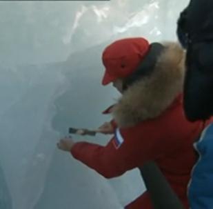 Putin se arma con un piolet y aplasta un glaciar del Ártico (vídeos)