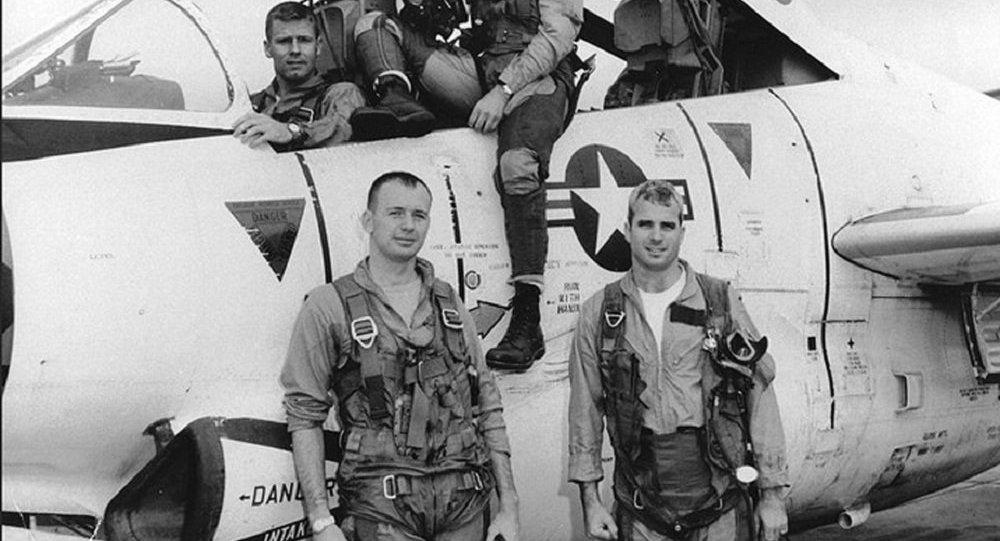John McCain (abajo a la derecha) antes de una misión de bombardeo en Hanoi