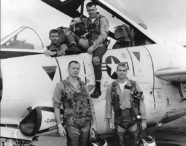 John McCain (fila inferior a derecha) antes de una misión de bombardeo en Hanói