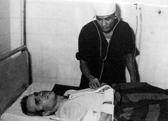 Un médico vietnamita examina a John McCain