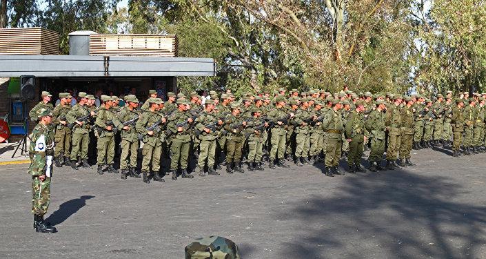 Cadetes del ejército argentino instantes antes de proceder a interpretar el himno de Argentina en un acto realizado en el Cerro de la Gloria de Mendoza.