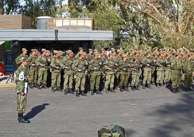 Cadetes del ejercito argentino instantes antes de proceder a interpretar el himno de Argentina en un acto realizado en el Cerro de la Gloria de Mendoza.