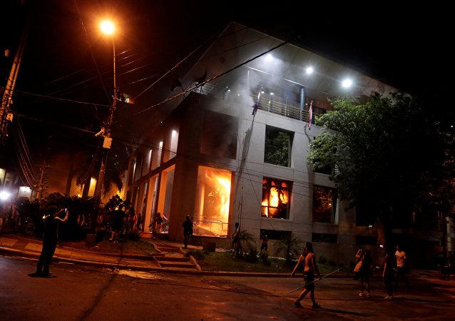 Manifestantes incendian el Congreso de Paraguay