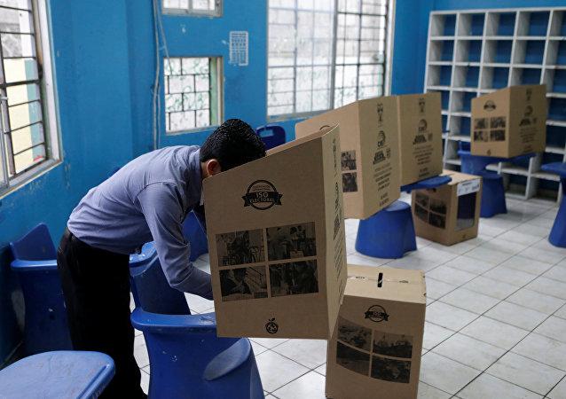 Un hombre vota en Guayaquil, Ecuador