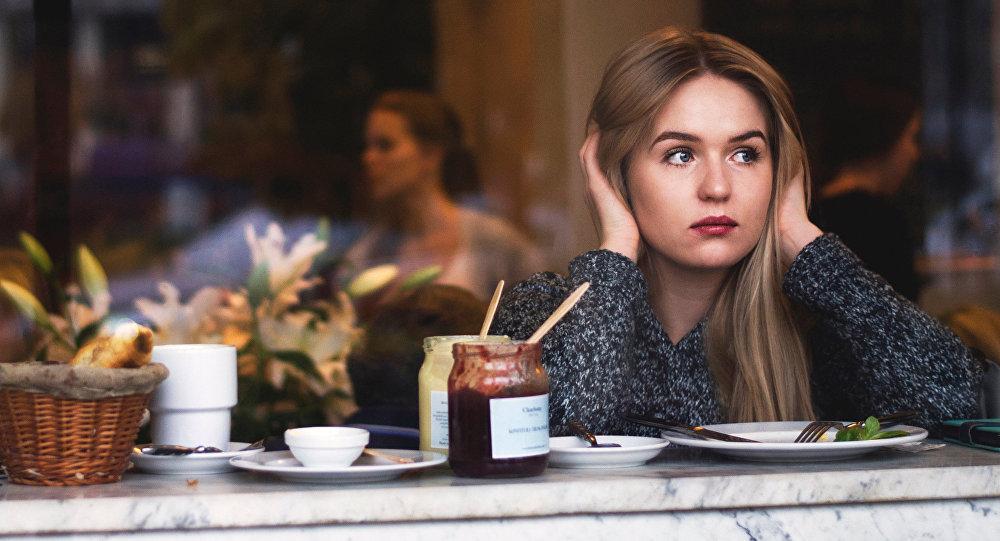 Una mujer en un restaurante (imagen referencial)