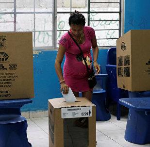 Una mujer vota en Guayaquil, Ecuador (archivo)