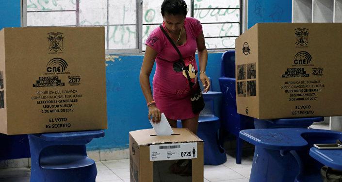 Una mujer vota en Guayaquil, Ecuador