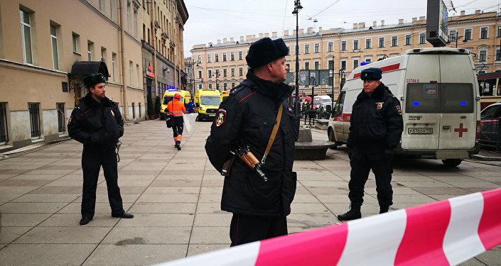 Policías cuidan la entrada de la estación Instituto Tecnológico del Metro de San Petersburgo