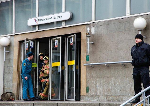La entrada de la estación del metro Sennaya Ploschad en San Petersburgo