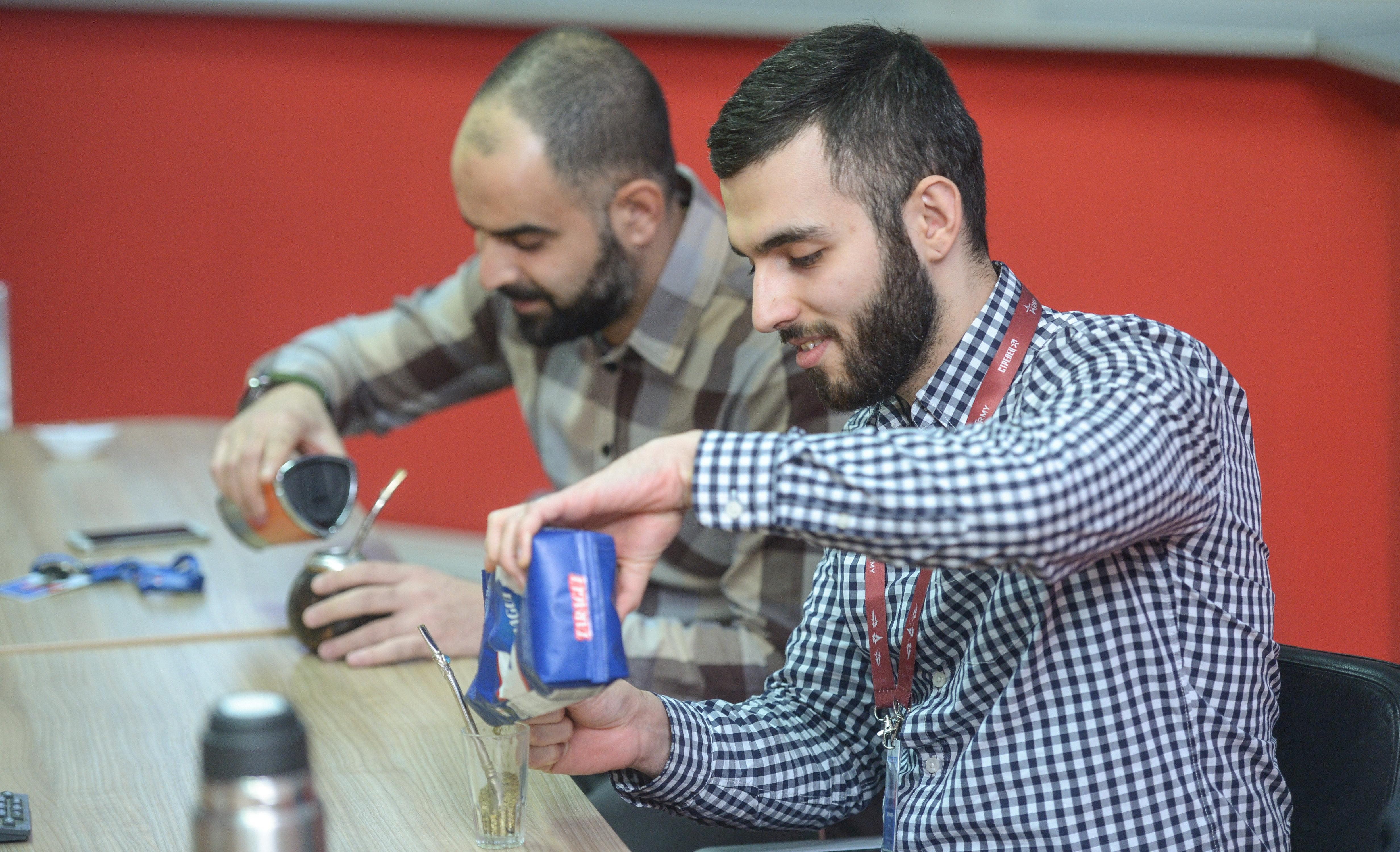 Mans Matni y Jhony Elias preparan un mate al estilo sirio