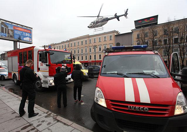 Los camiones de bomberos al lado de la estación Sennaya Ploschad del metro de San Petersburgo