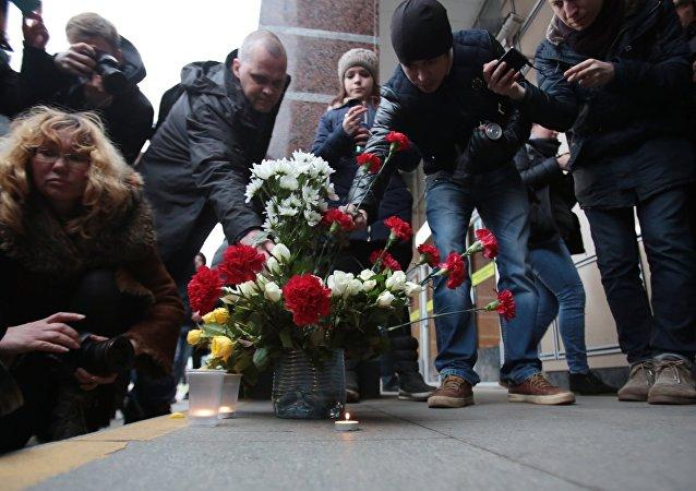 Las flores en homenaje de las víctimas de la explosión en San Petersburgo
