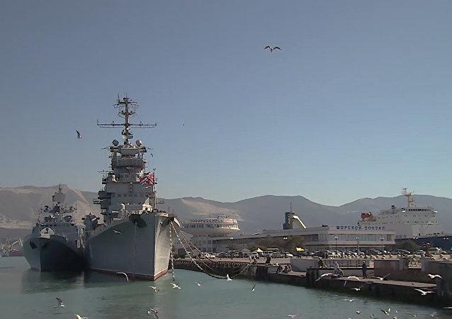 Buques de guerra turcos atracan en uno de los principales puertos del mar Negro