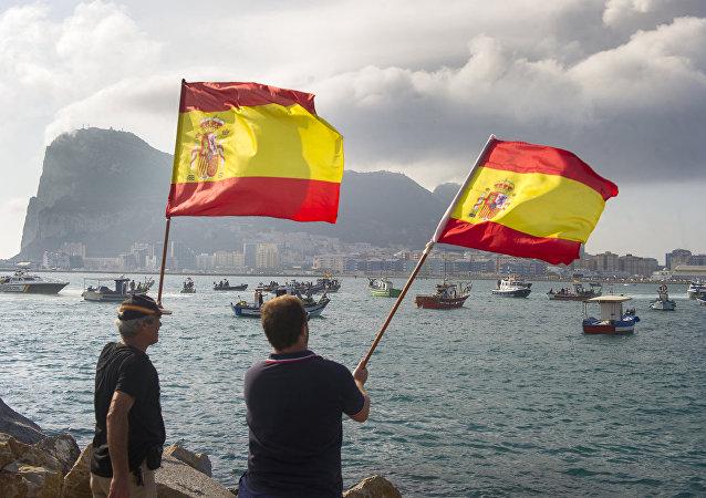 Hombres con banderas de España