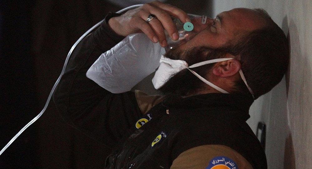 Miembro de la Defensa civil respira el oxígeno en Jan Sheijun en la provincia de Idlib, Siria