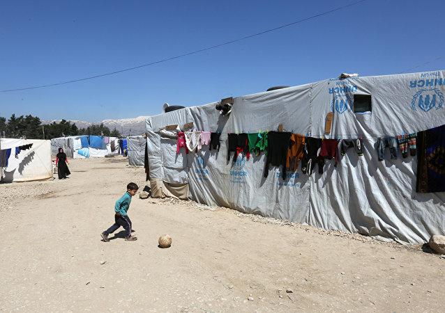 Un niño sirio jugando en un campo de refugiados en Líbano