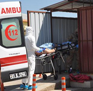 Un hombre sirio de Idlib es llevado por los médicos turcos a un hospital en la ciudad fronteriza de Reyhanli