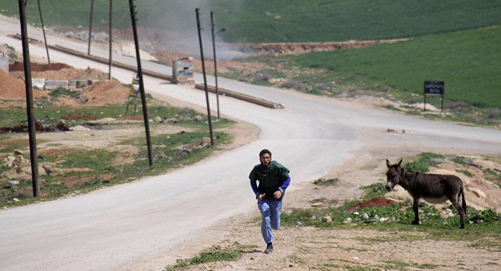 Un médico sirio corriendo durante un ataque al hospital en Idlib