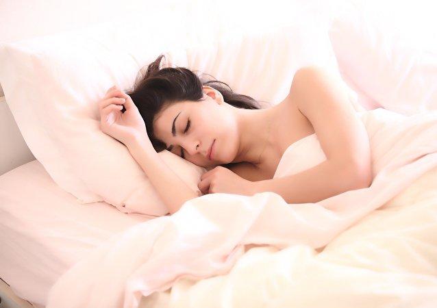 Una mujer en la cama (archivo)