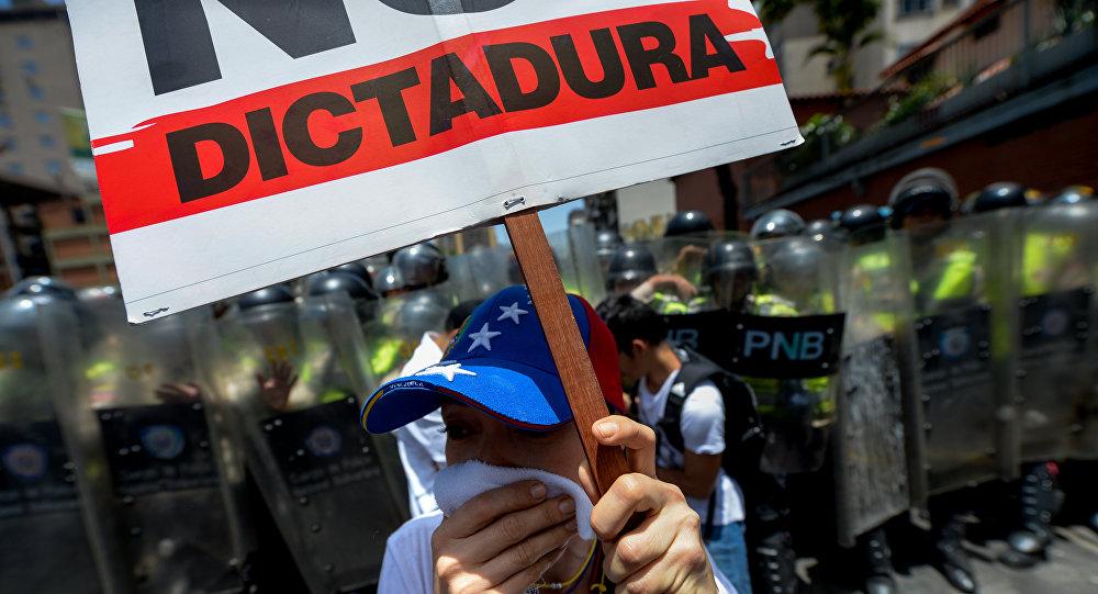 La oposición protesta contra el gobierno de Nicolás Maduro