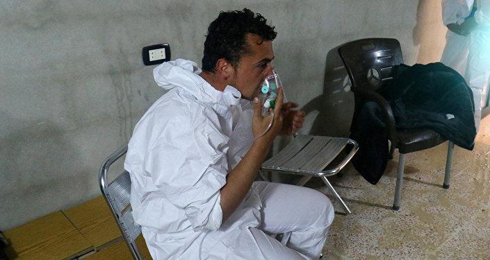 Un hombre sirio respira el oxígeno en Jan Sheijun en la provincia de Idlib, Siria