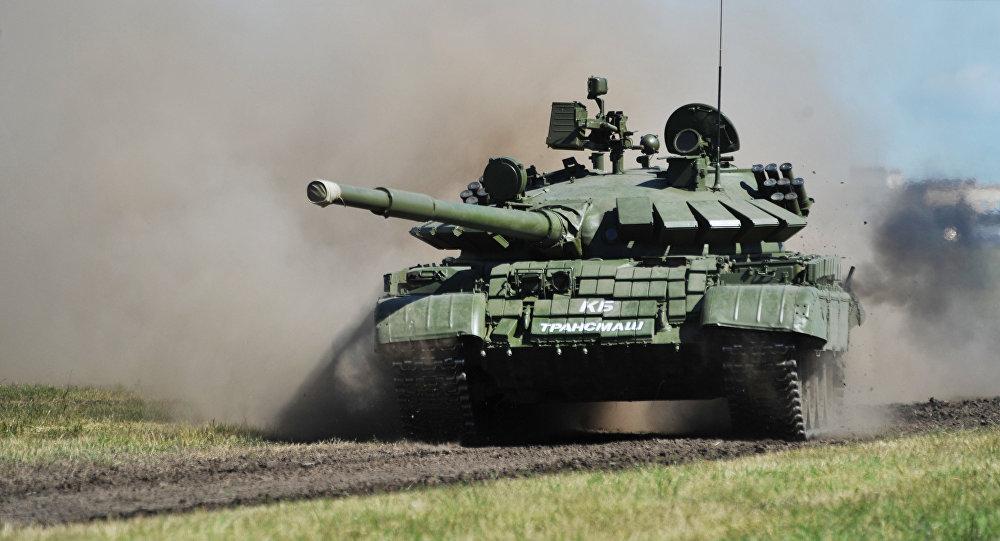 Un tanque T-62 con una variante de las 'cejas de Brézhnev' que protejan el frente de la torreta