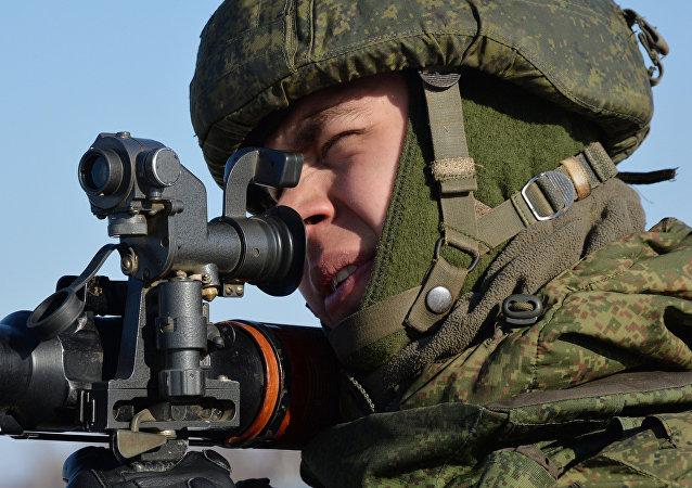 Soldado apunta con lanzagranadas RPG-7 durante los ejercicios militares en el polígono e Bambúrovo, 2 de febrero de 2017