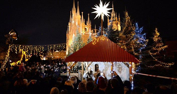 Feria navideña celebrada por los fieles católicos cerca de la Catedral de la Inmaculada Concepción de Moscú, 24 de diciembre de 2013.