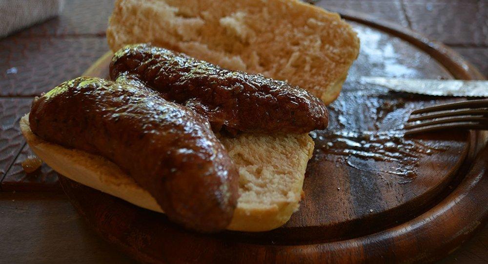 Choripán con chorizo argentino recién asado