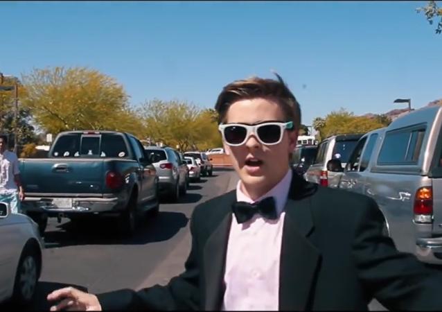 El estadounidense Jacob Staudenmaeir invita a Emma Stone a su baile de graduación