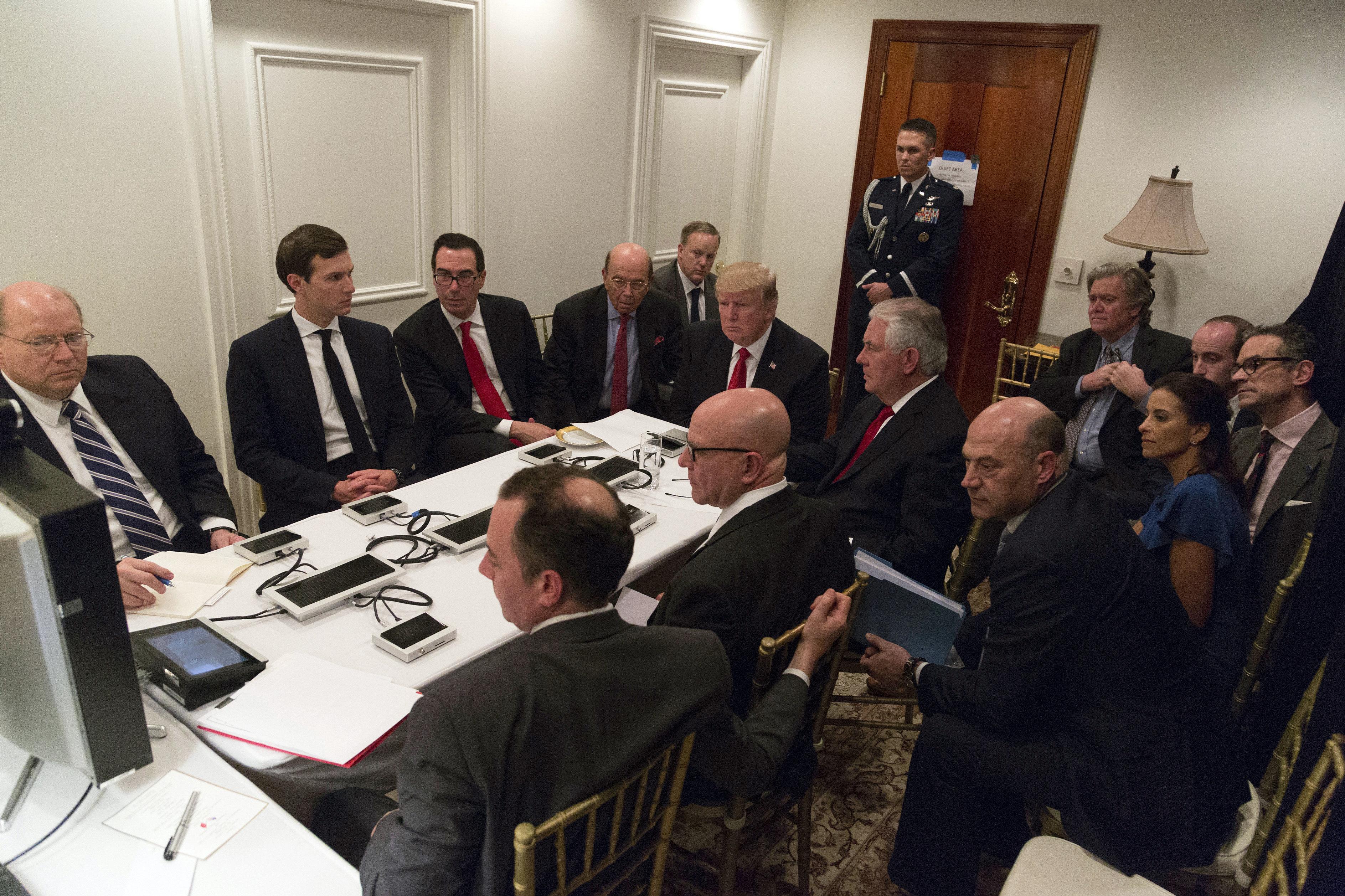 Trump y Tillerson en Mar-a-Lago rodeados por consejeros y políticos clave