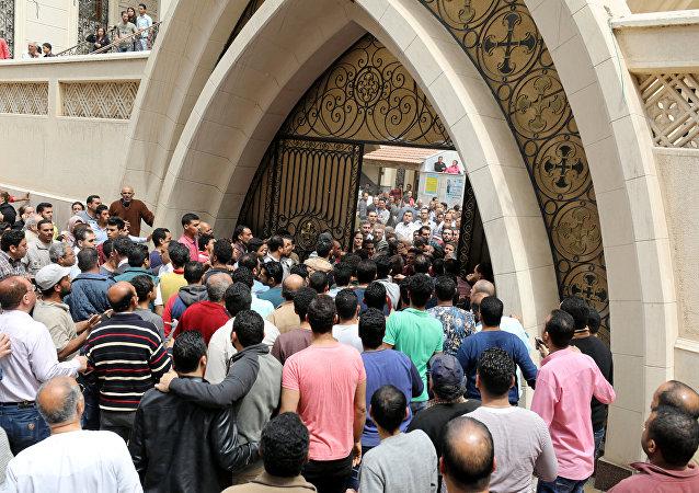 Los egipcios enfrente de la iglesia donde se produjo la explosión
