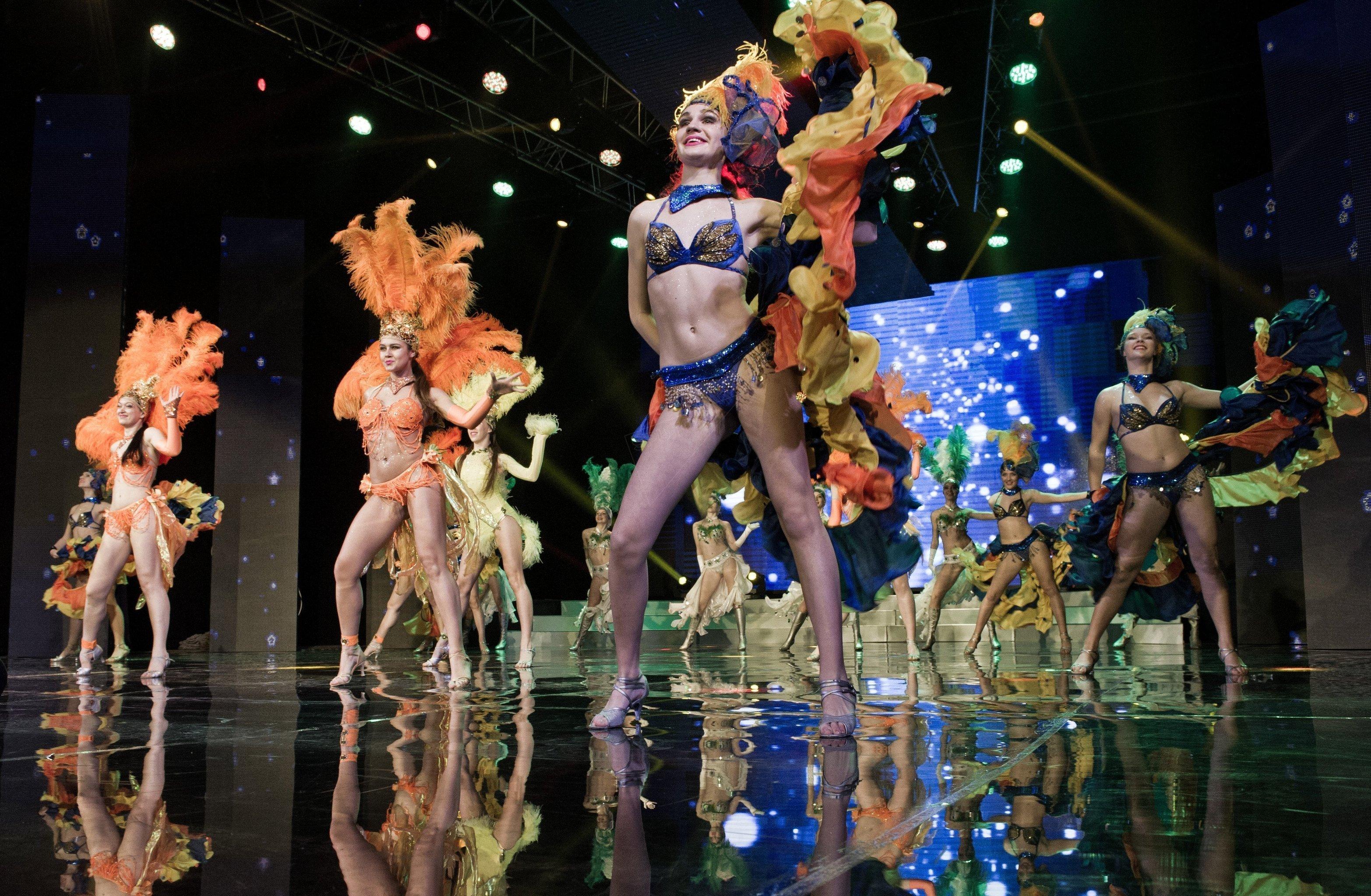 Bailarinas del conjunto 'Alisa' actúan durante el certamen