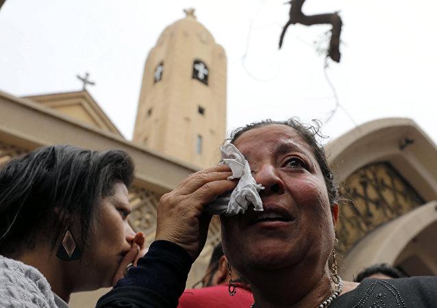 Unas mujeres tras la explosión en la ciudad egipcia de Tanta
