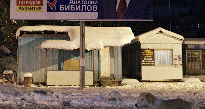 Un cartel con Anatoli Bibílov, presidente del Parlamento de la república de Osetia del Sur