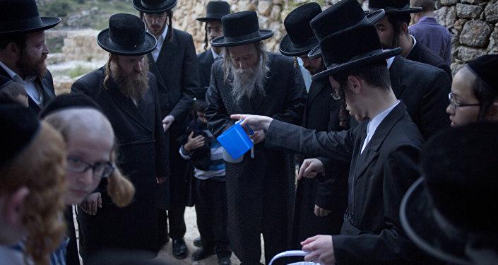 Los judíos en Jerusalén toman agua para preparar matza