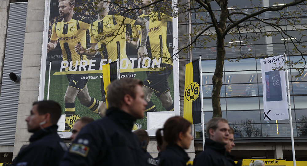 La Policía arriba al lugar de la explosión cerca del autobús del Borussia
